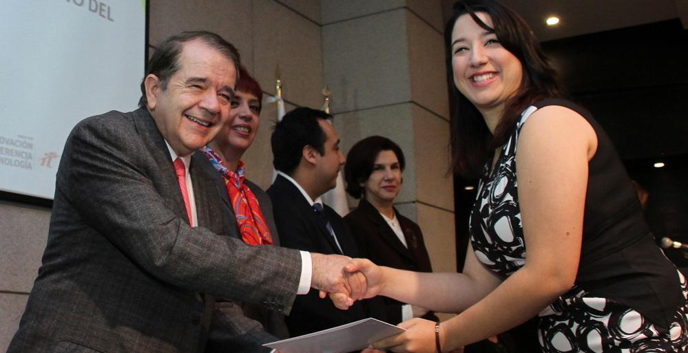 Entregan becas para estudios de posgrado en el extranjero a profesionistas de Nuevo León