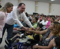 Entrega Secretaría de Desarrollo Social y Cemex Sillas de ruedas especiales a personas con discapacidad.