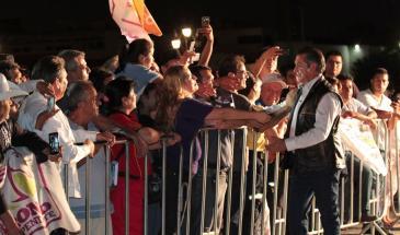 Jaime Rodríguez Calderón saludando a la comunidad