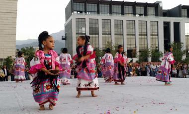 Los niños danzando a través de México