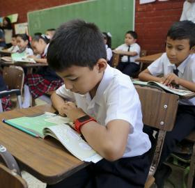 Apoyo a estudiantes de bajos recursos en escuelas públicas
