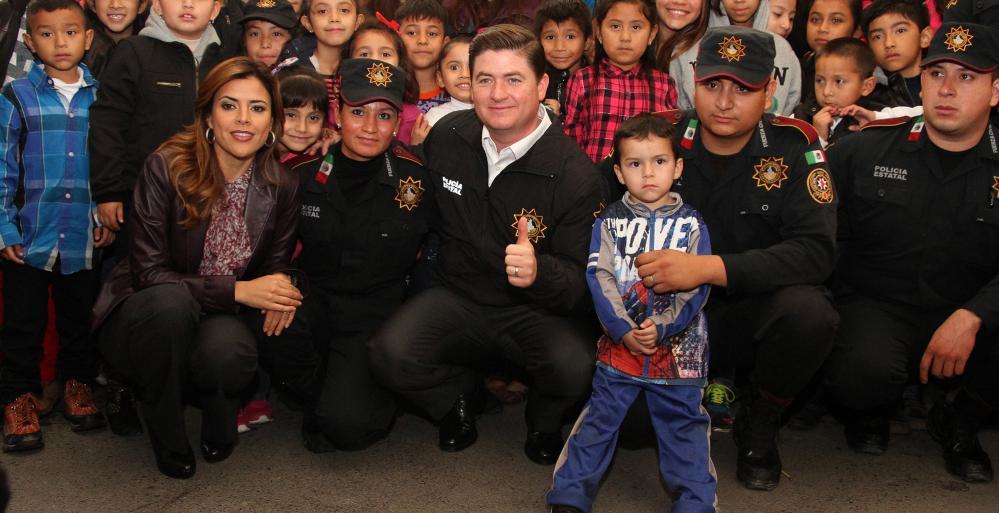 el Gobernador, Rodrigo Medina de la Cruz y su esposa, Gretta Salinas de Medina, encabezaron la Posada Navideña que el Estado organizó para los elementos de la Secretaría de Seguridad Pública.