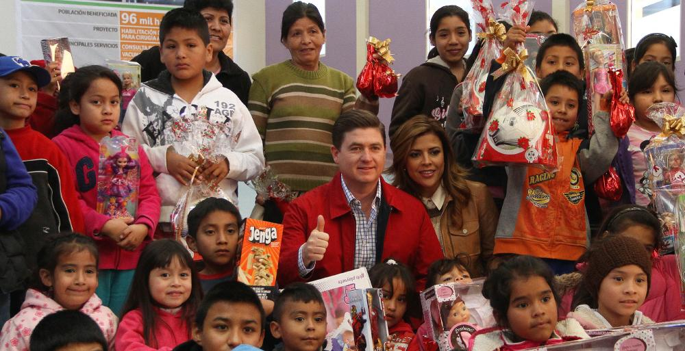 Acompañado por su esposa, Gretta Salinas, el mandatario dialoga con las madres de los pacientes del hospital y entrega regalos a los niños