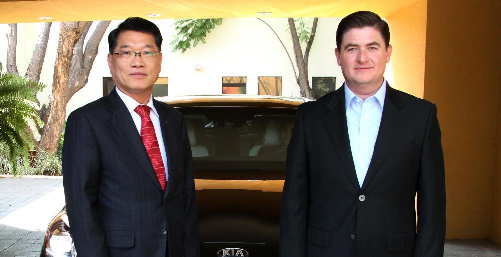 El Mandatario Estatal y los representantes de la empresa, observaron el diseño de uno de los vehículos de esta marca que ya se comercializan en la entidad y que  comenzarán a producirse en Nuevo León el próximo año.