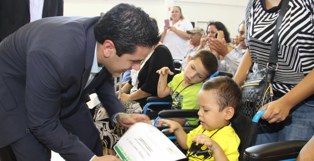 Entrega DIF Nuevo León apoyos funcionales donados por la Asistencia Pública