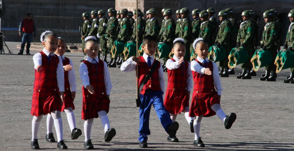 Rinden jóvenes Honores a la Bandera