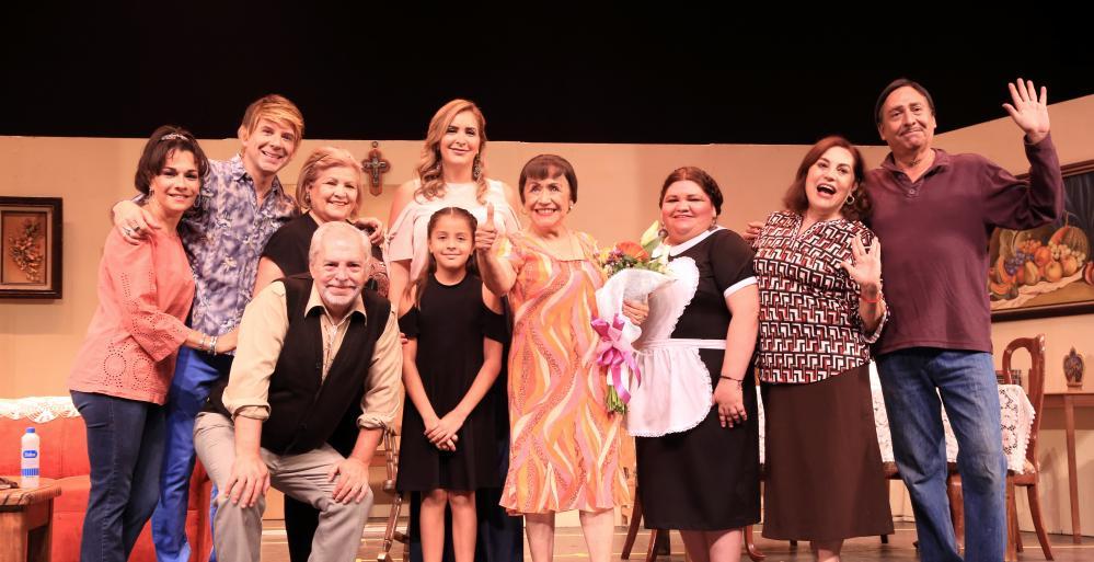 Disfrutan adultos mayores obra de teatro de la Nena Delgado
