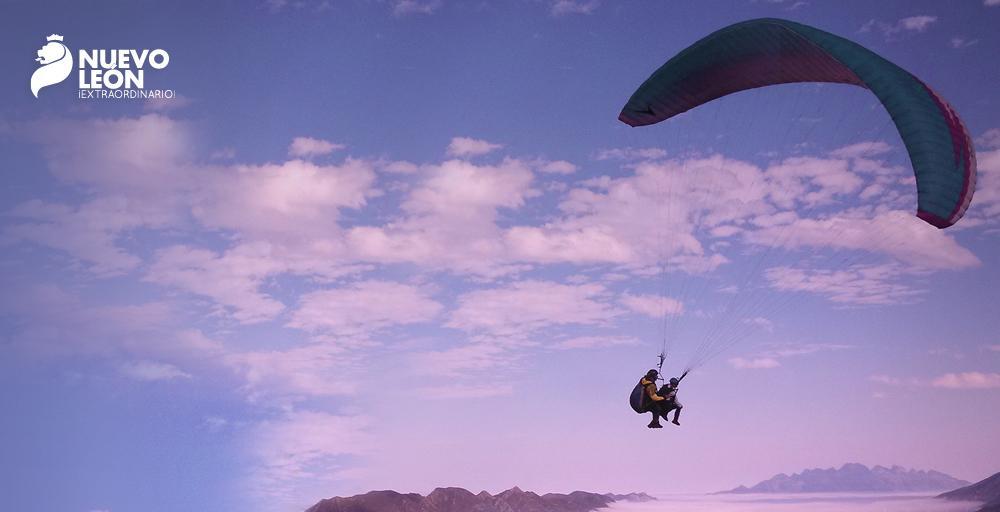 Disfruta tus vacaciones de verano en Nuevo León sobre un parapente