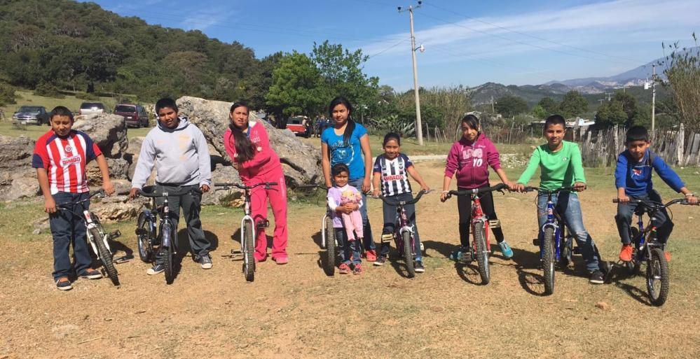 Reciben niños de Aramberri bicicletas para ir a clases