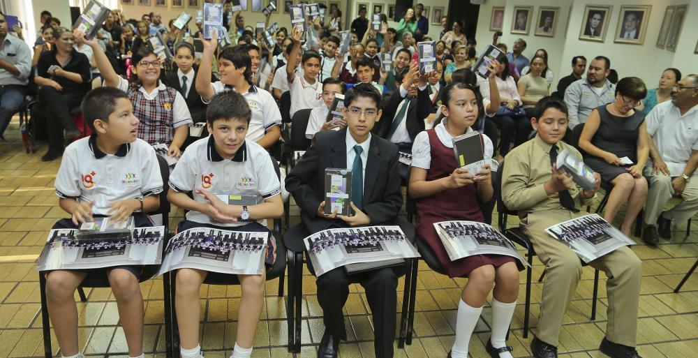 Entregan tablets y fotografía oficial con el Presidente Enrique Peña Nieto a estudiantes de Nuevo León.