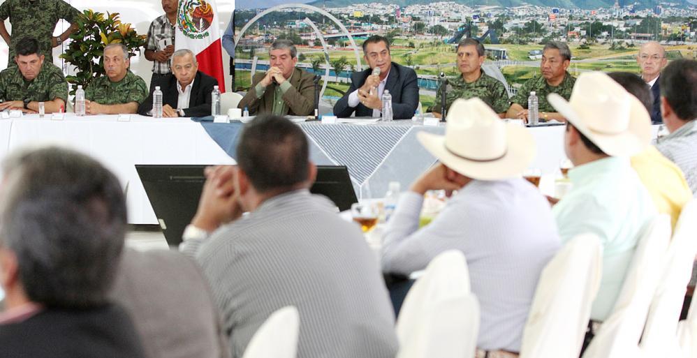 Se reúne Gobernador Jaime Rodríguez con alcaldes electos y autoridades militares.