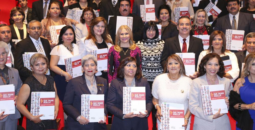 """92 maestros de Nuevo León fueron reconocidos al dejar plasmados sus logros en la Antología denominada """"Docentes que Dejan Huella"""""""