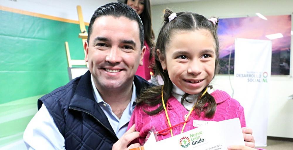 """El Secretario de Desarrollo Social, Federico Vargas Rodríguez premió  a los ganadores del concurso """"Unidos Pintamos la Navidad"""","""